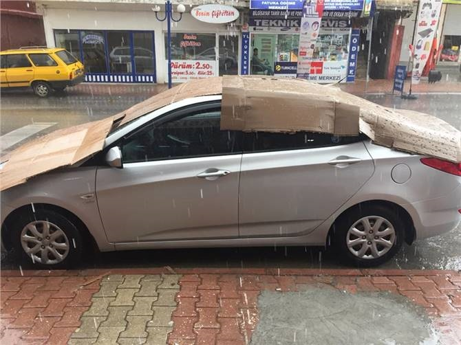 Aracı Doludan Korumak İçin Örtülen Karton'da  Delikler Oluştu