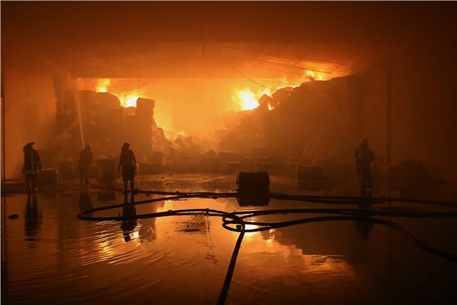 Mersin Akdeniz Karaduvar Mahallesinde Bulunan Bir Depo da Yangın Çıktı