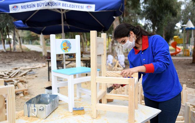 Belediyenin Marangoz Atölyesinde Kadın Marangoz Ustası Üretim Yapıyor