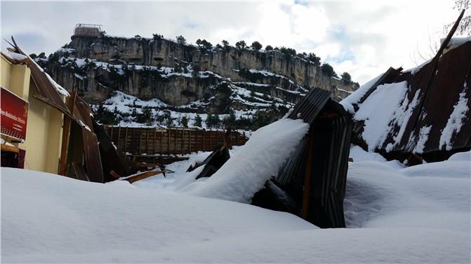 Mersin Çamlıyayla'da Kar Biriken Düğün Salonunun Çatısı Çöktü