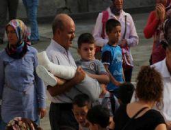 Mersin Mut'ta Ayağı Alçıdaki Minik Öğrenciyi Okula Dedesi Kucağında Getirdi