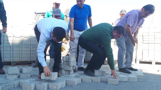 Anamur Belediye Başkanı Mehmet Türe İşçilerle Parke Döşedi