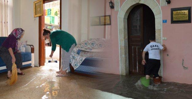 Mersin Silifke'de Şiddetli Yağmur Sele Neden Oldu, Ev ve İş Yerlerini Su Bastı