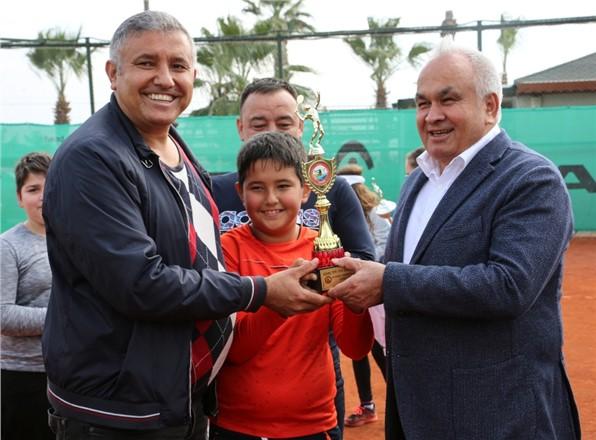 Erdemli'de Düzenlenen Tenis Turnuvası Ödülleri Sahiplerini Buldu