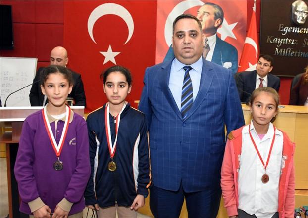 Kurtuluş Koşusu Şampiyonları Madalyalarını Aldı