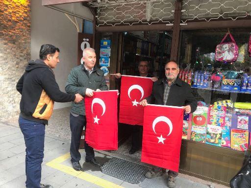 Tarsus Belediyesi Esnaflara Bayrak Dağıttı