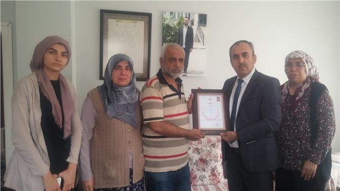 """Görev Şehidi Sağlık Personeli Hüseyin Gürhan'ın """"Şehitlik Belgesi"""" Ailesine Teslim Edildi"""