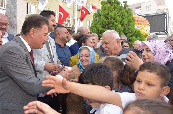 Başkan Hamit Tuna, Vatandaşlara Narenciye Suyu İkram Etti