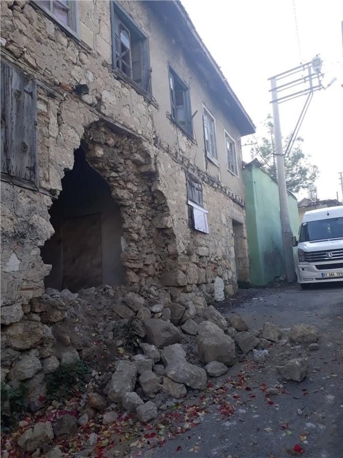 Mersin Tarsus'ta Sağanak Yağmurun Ardından Tarihi Eski Evin Duvarı Çöktü