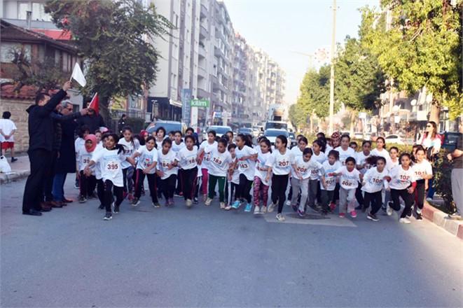 Öğrenciler, Tarsus'un Kurtuluş Günü İçin Koştu
