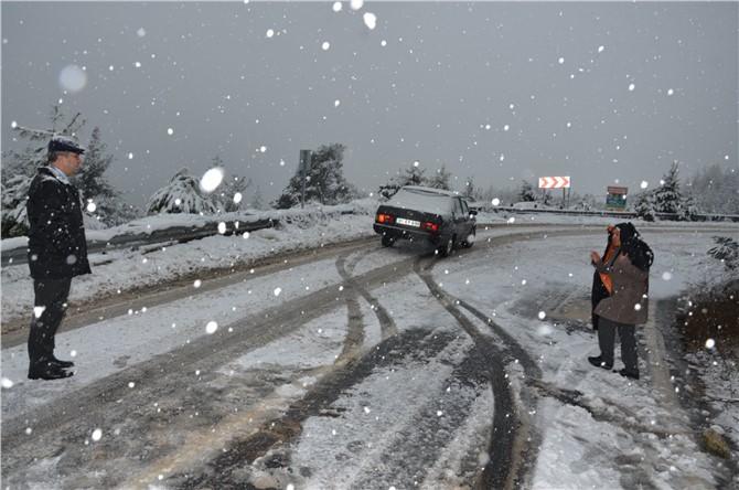 Kar Nedeniyle Yolda Kalan Vatandaşlara Belediye Başkanı Tepebağlı'dan Yardım