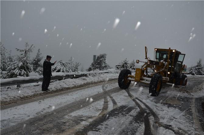 Çamlıyayla'da Kar Esarete Dönüşmesin Diye Ekipler Gece Gündüz Çalışıyor