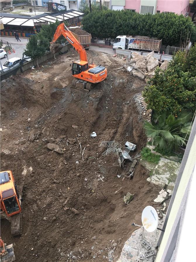 Mersin Tarsus'ta Tedbirsiz Yapılan Temel Kazısı Esnasında, Bitişik Binanın Merdiveni Çöktü