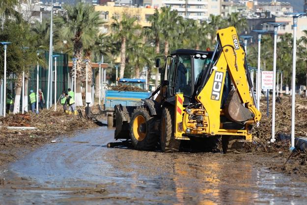 Mersin'de Fırtınanın Yaralarını Sarılıyor, Yaşanan Fırtınanın Ardından Kentte Hayat Normale Döndü