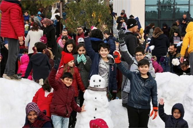 Binlerce Çocuk Mersin Sahillerinde Kar Sevinci Yaşadı, Erdemli Belediyesi Sahile Kar Getirdi