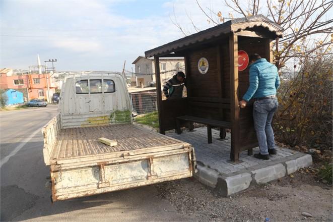 İlçede Kullanılan Durakları Kendi Atölyesinde Yapan Erdemli Belediyesi EskiyenDuraklarını Yeniliyor