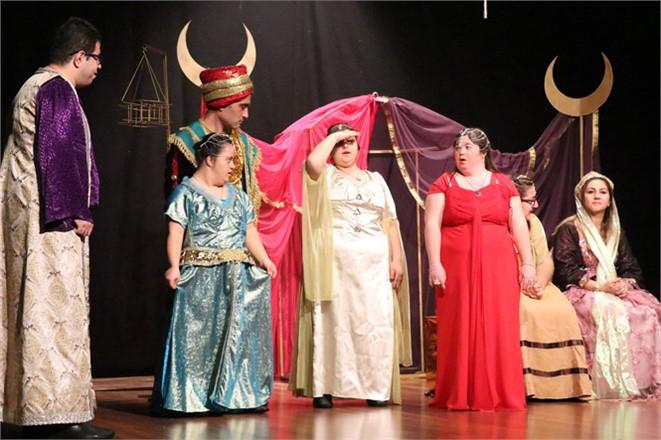 """Mersin'de Sanat Engel Tanımıyor, """"Binbir Gece Masalları Şehrazat"""" İsimli Oyun, İzleyenlerin Büyük Beğenisini Kazandı"""