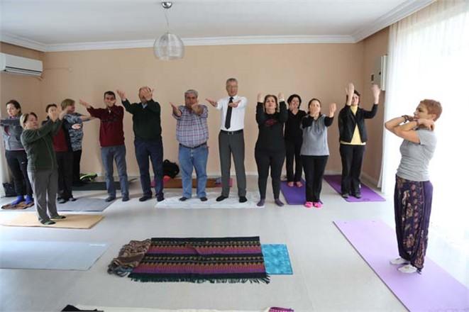 Mezitli Belediye Başkanı Neşet Tarhan ve Mahalle Muhtarları Güne Yoga Yaparak Başladı