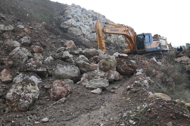 Mersin Erdemli İlçesi Kösbucağın'da Yaşanan Toprak Kaymasına Müdahale Edildi