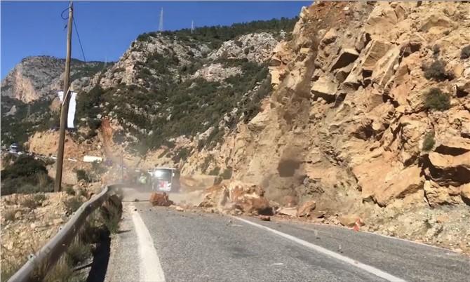 Anamur Mersin karayolu, yola düşen kayalar nedeniyle kapandı