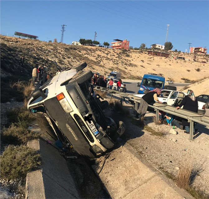 Mersin Tarsus'ta Minibüs Şarampole Devrildi: Aralarında Çocuklarında Bulunduğu 10 Kişi Yaralandı