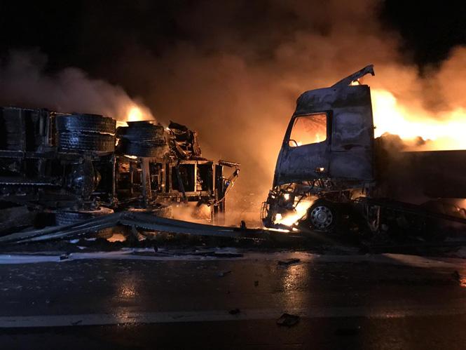 Mersin Tarsus'ta Kaza; Otoyol'da Kamyon TIR'a Arkadan Çarptı: 2 Yaralı