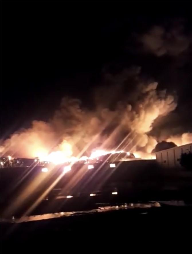 Mersin Tarsus Yenice'deki Bir Plastik Kasa Fabrikasında Gece Yarısı Yangın Çıktı