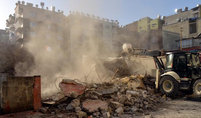Mersin Akdeniz Mesudiye ve Yeni Mahalle'de İki Metruk Bina Yıkıldı