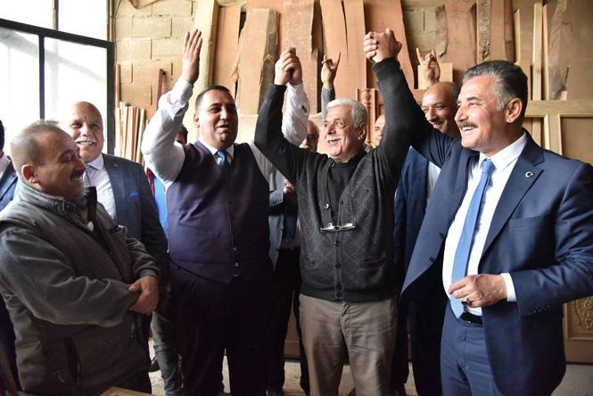 Başkan Hamit Tuna, Tarsus'ta Esnaf ve Vatandaşlarla Kucaklaştı