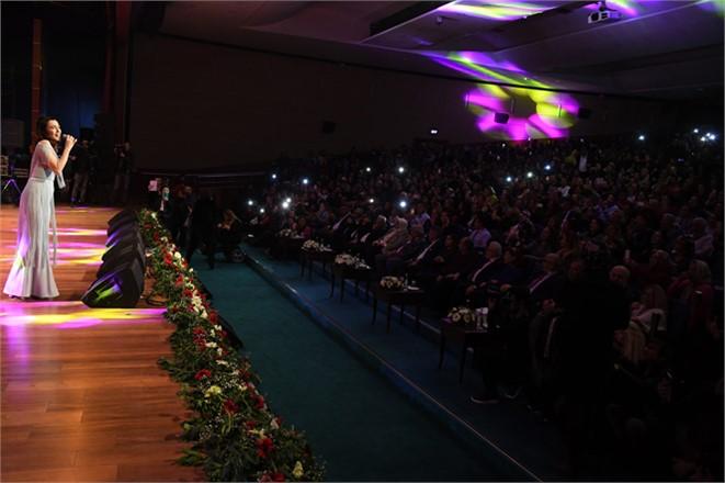 Kadınlar Günü'nde Şevval Sam Rüzgârı, Ünlü Sanatçı 8 Mart Kadınlar Günü Etkinlikleri Kapsamında Mersin'de Konser Verdi