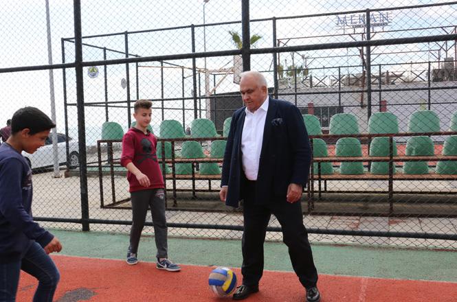 Erdemli Belediye Başkanı Tollu, Hafta Sonu Ziyaretlerinde Gençlerle Futbol, Basketbol ve Voleybol Maçı Yaptı