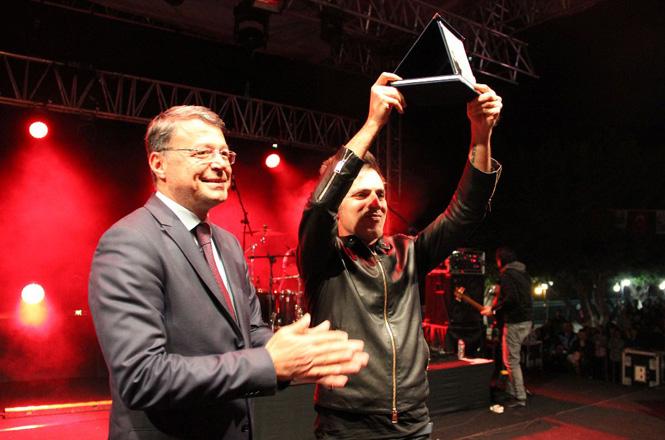 """Mersin Silifke'de Yapımı Tamamlanan """"Kale Seyir Terası""""nın Açılışı Teoman Konseriyle Taçlandı"""