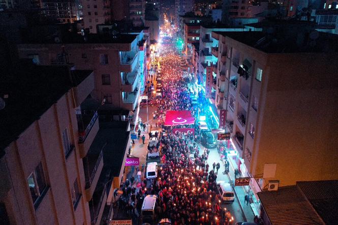 Erdemli'de 18 Mart Akşamı Düzenlenen Çanakkale Destanı İçin Zafer Yürüyüşüne Büyük Katılım Oldu