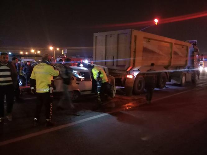 Mersin Tarsus Yeni Hal Kavşağında Trafik Kazası, Otomobil Arkadan Kamyona Çarptı