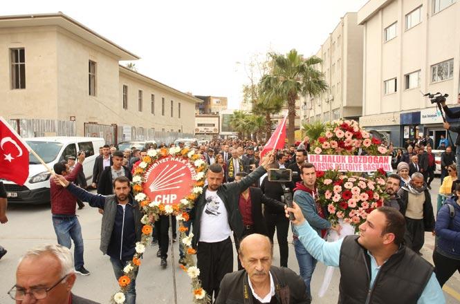 Tarsus'un CHP'li Yeni Başkanı Dr.Haluk Bozdoğan, Binlerle Yürüdü