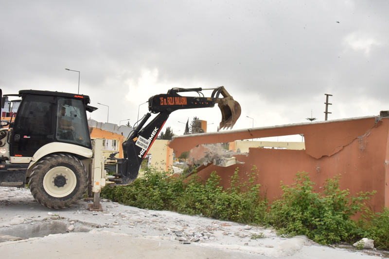 Toroslar Belediyesi, İlçede Sosyal Tehlike Arz Eden ve Kötü Görüntü Oluşturan Metruk Binaların Yıkım Çalışmalarını Sürdürüyor