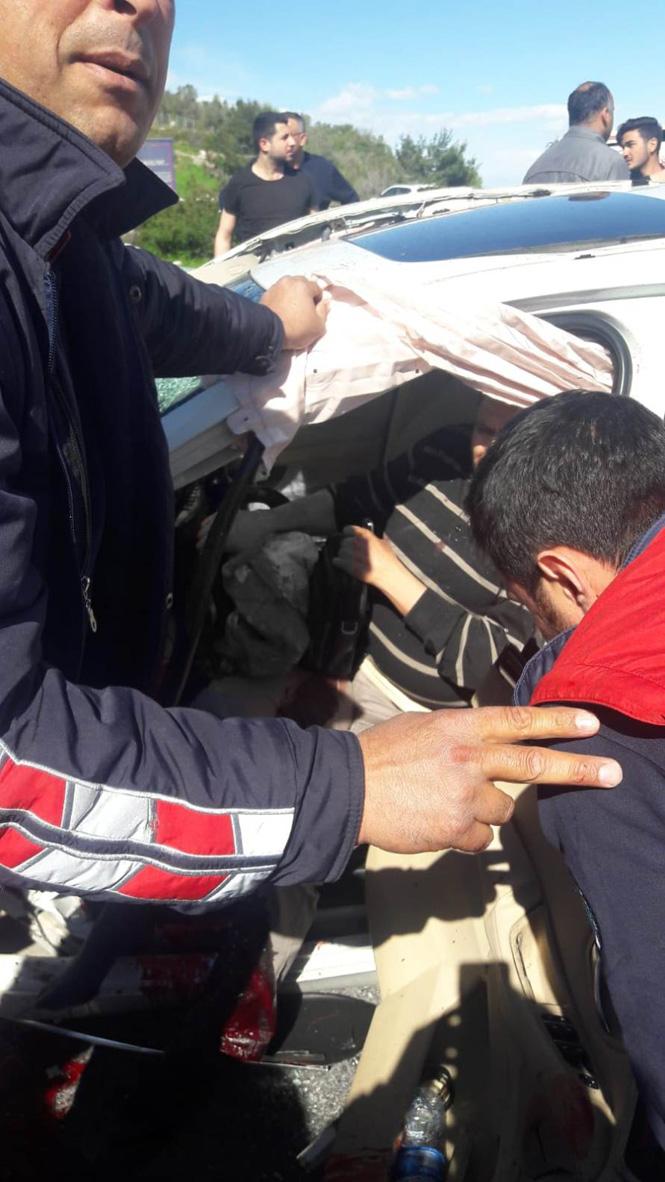 Mersin Tarsus'ta Yaşanan Feci Kazada Son Model Otomobilin Motoru Yerinden Fırladı: 1'i Ağır, 3 Yaralı