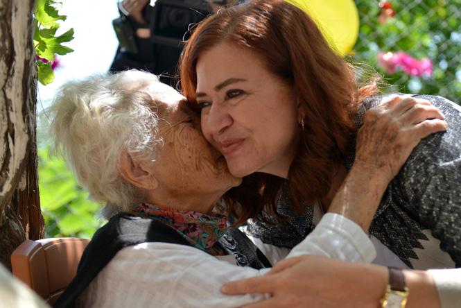 Anneler Günü'nde Örnek Davranış, Meral Seçer Onları Unutmadı: Yaşlı Bakımevine Ziyaret