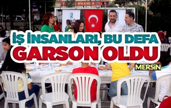 Mersin'de Düzenlenen İftar Yemeğinde, Yüzlerce Kişiye İş Veren, İş İnsanları Garson Olup Masalara Servis Yaptı