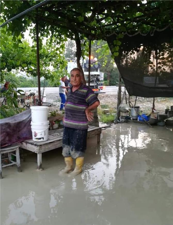 Mersin'de Yaşlı Çiftin Yaşadığı Evi Her Yağmur Sonrası Su Basıyor