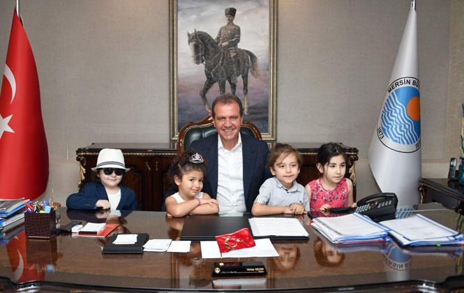 Miniklerden Mersin Büyükşehir Belediye Başkanı Vahap Seçer'e Babalar Günü Ziyareti