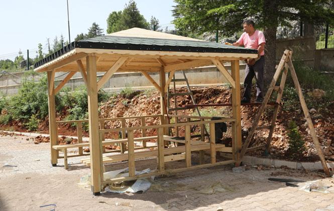 Mersin'de Camilere Hizmet Desteği, Erdemli Belediyesi Belediyesi Bahçesine Kamelya Yerleştirdi ve Çevre Düzenlemesini Yaptı
