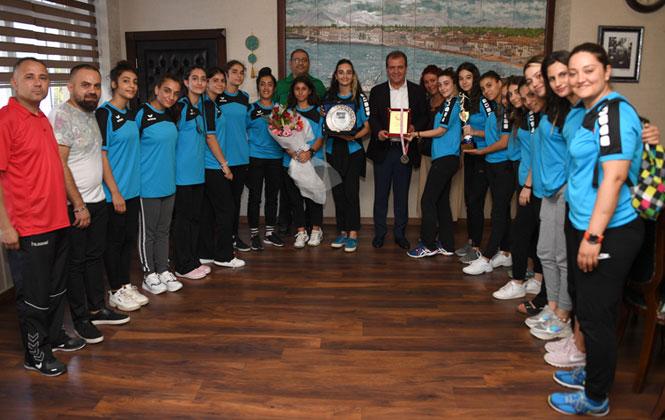 Hentbol Kursiyerlerinden Türkiye 2.'liği! Büyükşehir Hentbol Kursiyerleri, Başkan Seçer'i Ziyaret Etti