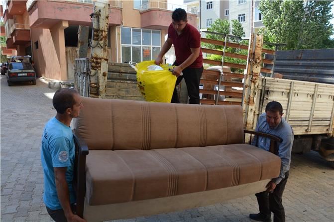 Gülnar Belediyesi Çanakkale Şehitleri Giyim-Gıda Yardımlaşma Bankasından Yeni Evlenen Çifte Eşya Desteği
