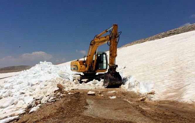 Toroslar'ın Zirvesinde Kar Çalışması, Mersin Büyükşehir Belediyesi, 3 Bin Rakımda Yörükler'in Göç Yollarını Açıyor