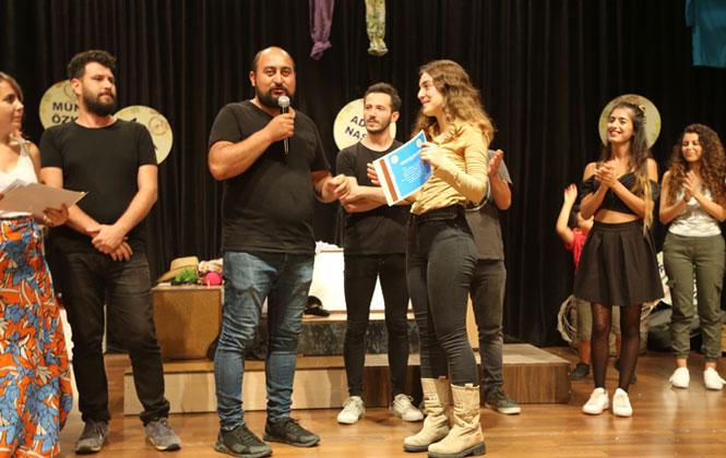 Erdemli Belediyesi Şehir Tiyatrosu, 'Seni Çok Seviyorum' Adlı Oyunla Seyirci Karşısına Geçti