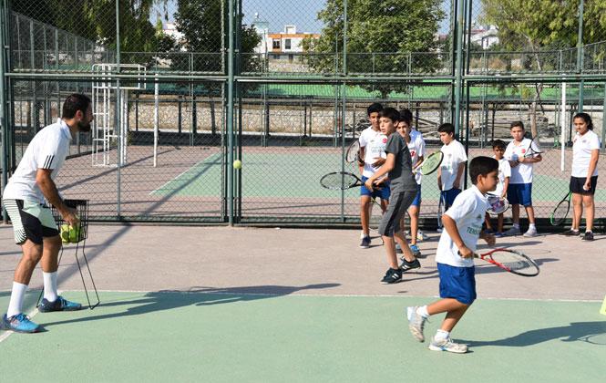 Mersin Toroslar Belediyesi, Yaz Okulları Kapsamında Tenis Kursları da Veriyor