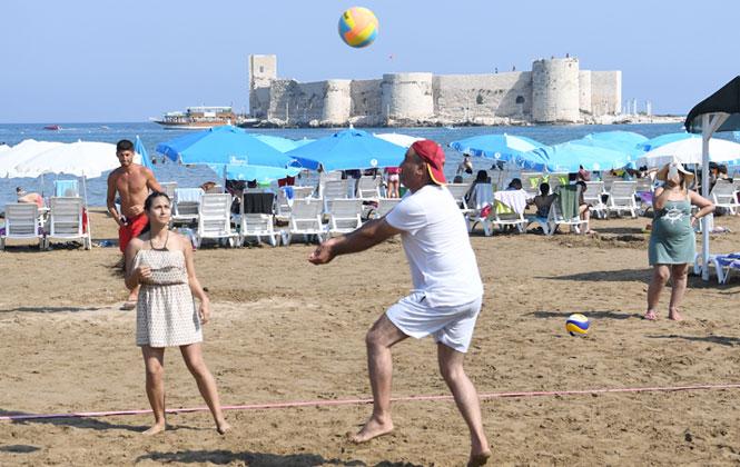 """Mersin'de Plajlar """"Voleybol Turnuvası"""" İle Şenlendi! Voleybol Turnuvası Plajlara Renk Kattı"""