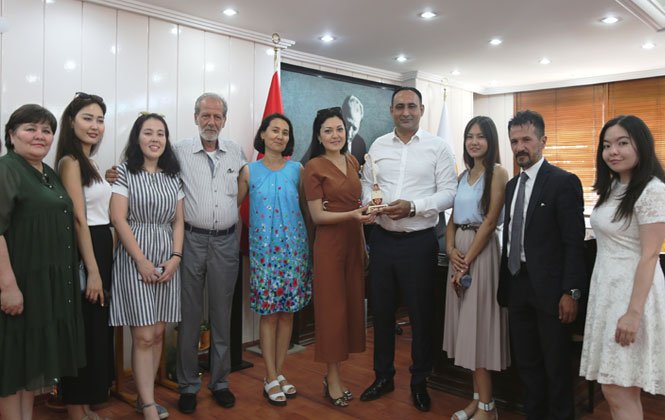 Kazak Öğrencilerden Başkan Yılmaz'a Ziyaret