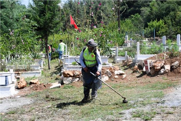Mersin'de Belediye İle Vatandaş El Ele Mezarlık Temizliği Yaptı